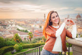 Beautiful smiling woman with background of Florence, Tuscany. — Foto de Stock