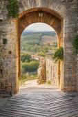 Exit the town of Monteriggioni with views of the Tuscan landscap — Foto de Stock