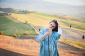 Smiling beautiful girl on vacation in Tuscany, Italy. — Stock Photo