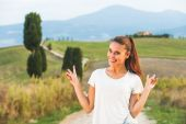 Smiling beautiful girl on vacation in Tuscany, Italy. — Stockfoto