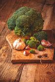 Broccolo verde delizioso su un tavolo in legno rustico — Foto Stock