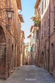 The narrow twisting streets in the small Italian town — Stockfoto