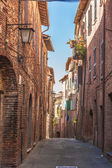 The narrow twisting streets in the small Italian town — Stock Photo