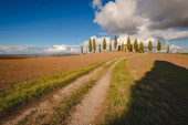 Classic house with cypress trees in Tuscany — Stockfoto