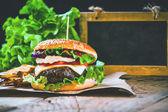 Sappig en geurige hamburger met frietjes zelfgemaakte kopie ruimte voor — Stockfoto