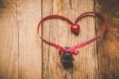 Cioccolato con nastro e cuore il giorno di San Valentino amore. — Foto Stock