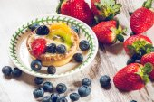 Delicious cookie made shortcrust pastry with fresh fruit, strawb — Stock Photo