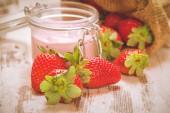 Wiosenne owoce, truskawki w lnianym worku z truskawkowym jogurte — Stock Photo