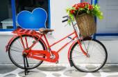 Vintage red bicycle — 图库照片