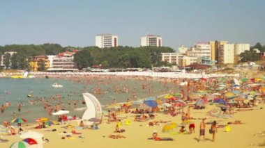 Crowded beach with tourists in summer Time Lapse — Wideo stockowe