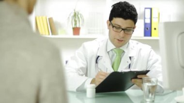 Doctor Writing Prescription woman Patient Pills — Stockvideo