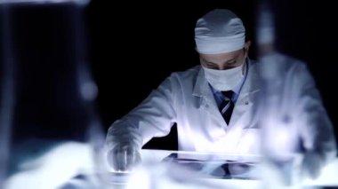 Policja lekarz badający bada dowody medyczne laboratorium — Wideo stockowe