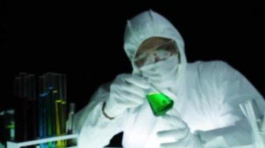 Ученый, изучения стакан жидкости химическая лаборатория — Стоковое видео