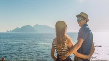 Beautiful Young Romantic Couple On Vacation Hugging Cissing Beach Island View Holiday Romance Love Kiss Sunshine Flare Summer Beauty Freedom Uhd 4K — Stock Video