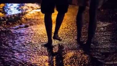 Romantic Walk On The Beach Woman Man Couple Walking Coast Sand Night Sea Waves Lights Colorful Sunset Uhd 4K — ストックビデオ