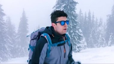 Climbing Mountain Weather Fog Hiker Snow Adventure Climber Clouds Hiking Ice Mountains Winter Adrenaline Alone Alpinism Altitude Backpacker — Stock Video