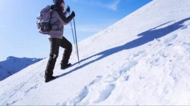 Mountain Hiker Climbing Adventure Success Top Snow Man Climber Hiking Travel Sky Extreme Peak Victory Climb Mountaineering Summit Strength High Blue Motivation Alone Sport Outdoor Courage Active Goal Ice Clouds Energy — Vídeo de Stock