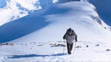 Mountain Climbing Adventure Success Top Snow Man Climber Hiking Travel Sky Extreme Peak Victory Climb Mountaineering Hiker Summit Strength High Blue Motivation Alone Sport Outdoor Courage Active Goal Ice — Stock Video