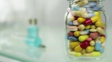 Injeção ou comprimidos. Escolha saúde — Vídeo stock
