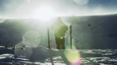 Skier raises hands on a top of a mountain — Stock Video