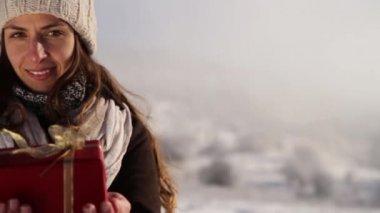 Donna che dà il regalo di Natale — Video Stock