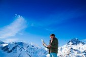 Tourist on the background of snowy mountains — Stock Photo