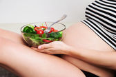 Pregnant woman with a bowl of vegetables — Stok fotoğraf