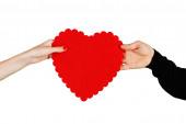 пара в любви, держа в руках красные сердца — Стоковое фото