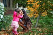 Mamma med dotter i höst park — Stockfoto