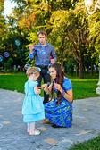 Wandelen in het park en gelukkige familie — Stockfoto