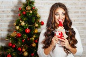 Cute girl is in Christmas interior — Stockfoto