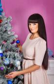女孩在圣诞节树附近的肖像 — 图库照片