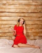 Flicka lyssna på musik i hörlurar — Stockfoto
