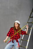 Woman builder holds tape measure — Stock Photo