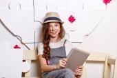Alegre menina adolescente com um tablet — Fotografia Stock