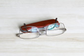Glasses and a pocket knife on a table top — Stockfoto