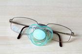 Herren Sonnenbrillen und Baby-Nippel — Stockfoto
