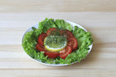 Salad with tomatoes, lettuce, onions, dill and lemon — Stock Photo