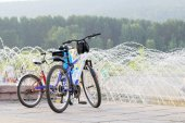 Two bicycles are waiting for owners at the fountain — Stock Photo