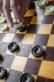 Close-up žena hrají šachy — Stock fotografie