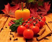 Vegetable and autumn leafs — Stock Photo