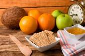 Tazón de fuente con galletas de sésamo entre toalla y cuchara de madera — Foto de Stock