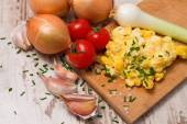 One portion of scrambled eggs and various vegetable — Stock Photo