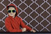 Young boy with sunglasses — Stock Photo