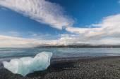 Scenic view of ocean shore with iceberg near Jokulsarlon lagoon, Iceland. — Stock Photo