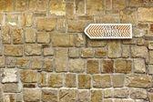 Seta de Wall Street no velho muro de pedra — Fotografia Stock