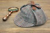 Deerstalker Hat and Retro Magnifying Glass — Stock Photo