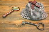 Sherlock Holmes Cap famous as Deerstalker, Old Key and Magnifier — Stock Photo