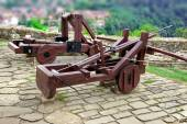 Old Crossbow and catapult in Tsarevets fortress,  Bulgaria, Veli — Stock Photo