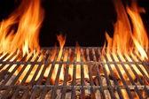 Alev ateş boş sıcak Barbekü kömür ızgara ile parlayan kömürler — Stok fotoğraf
